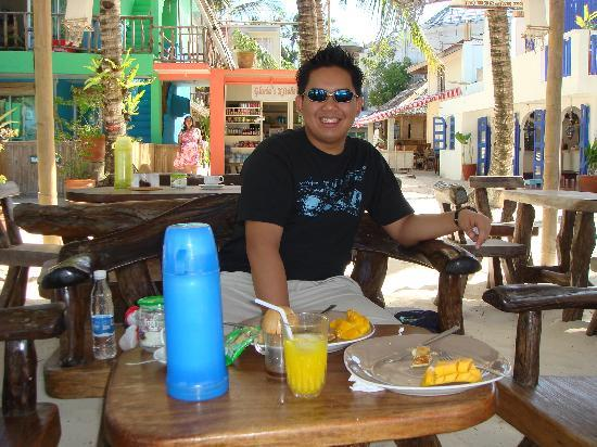 Blue Waves Beach House: Enjoying breakfast at the front of the resort