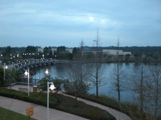Disney's Pop Century Resort: Lake view from our room..60's section..HIGHLY recommend!