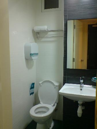 ‪هوتل 81 سيلجي: Hotel 81 @ Selegie Road - Bath Room + toilet, towels‬