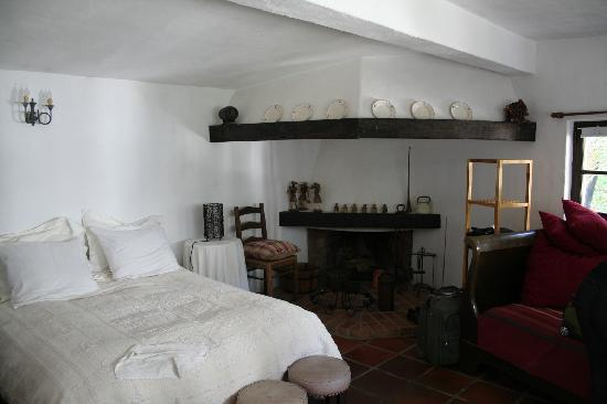 Uma Casa a Beira Sol : very comfortable and cozy with the fireplace and antiques and so bright with the white