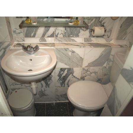 Kensington Rooms: Bathroom as seen through the door