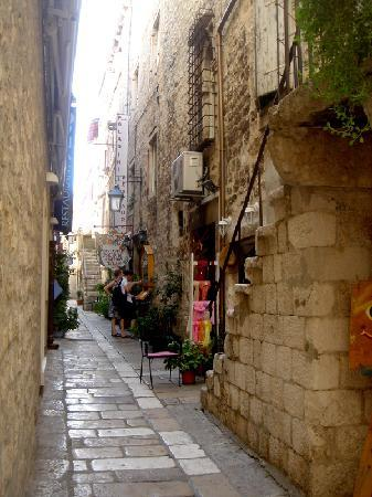 Bocin Apartments: Narrow Hvar Town street