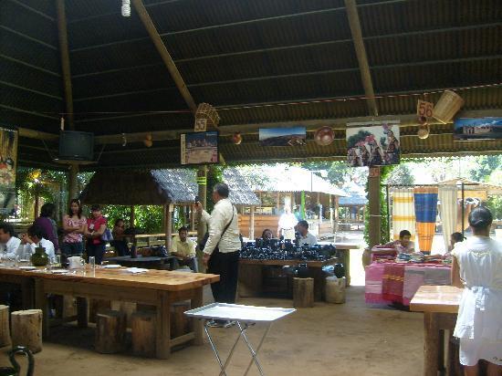 Zaachila, Mexico: uno de los comedores y cocina al fondo