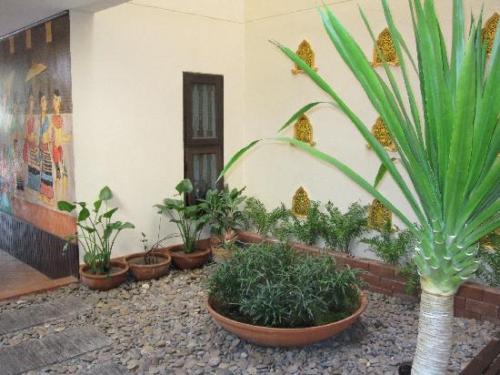 Anoma Boutique House: courtyard garden