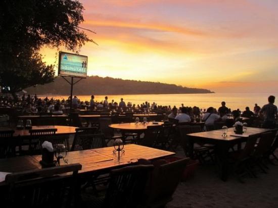 Jimbaran Bay: Sunset @ Jimbaran Beach มีโปสการ์ดอันนึง เขียนบรรยายไว้ว่า romantic คุณๆคิดว่าไงคะ