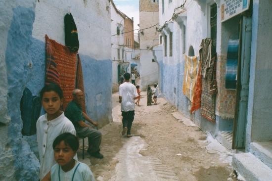 Tetouan, Maroko: No cars on these streets which is not unusual. Most people just walk since cars are impractical,