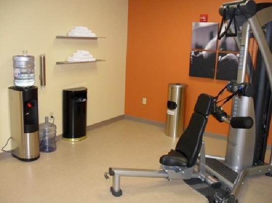 Country Inn & Suites By Carlson, Midland: Fitness center with multiple machines