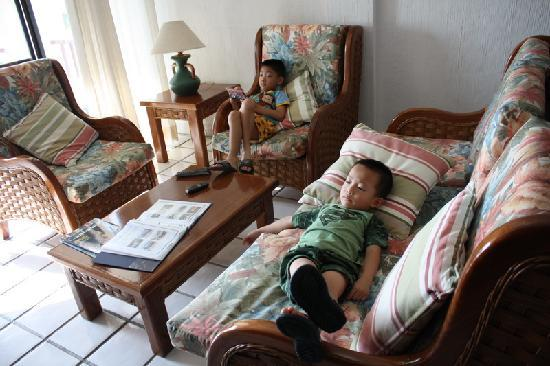 Xaman-ha Luxury Condominiums: Kids enjoying the living room