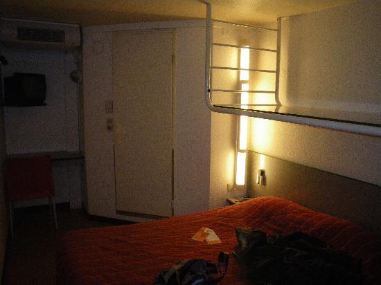 Premiere Classe Bordeaux Sud - Pessac Becquerel: la chambre, prise depuis la porte d'entrée