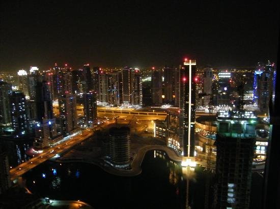JA Oasis Beach Tower: Vue sur Dubai la nuit de la chambre