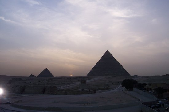 Cairo, Egypt: le piramidi al tramonto