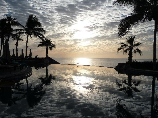 Sheraton Hacienda del Mar Golf & Spa Resort Los Cabos: Infinity pool and Sea of Cortez beyond at sunrise
