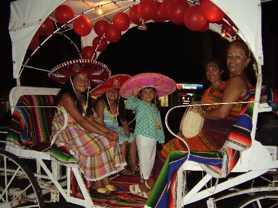 Hotel Barcelo Ixtapa Beach Resort : Mexicains en calèche, Ixtapa