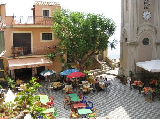Vista dal Bar sulla piazza principale di Castelmola