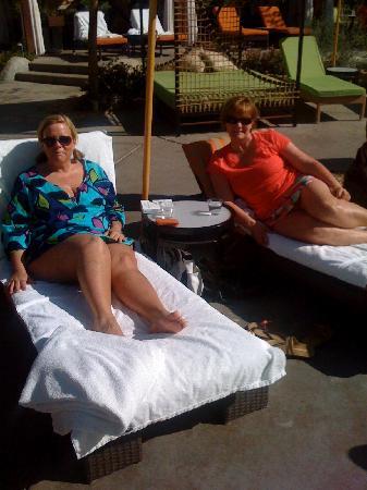Riviera Palm Springs Resort: Girls at the pool