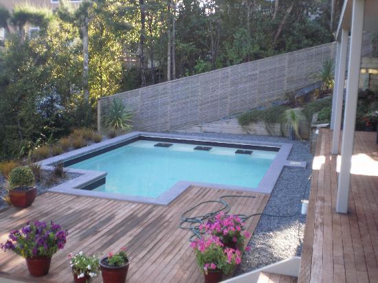Decks of Paihia Luxury Bed and Breakfast: The pool