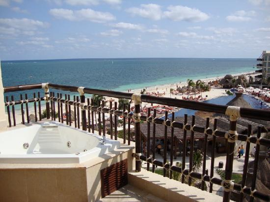 Dreams Riviera Cancun Resort & Spa: View from our balcony