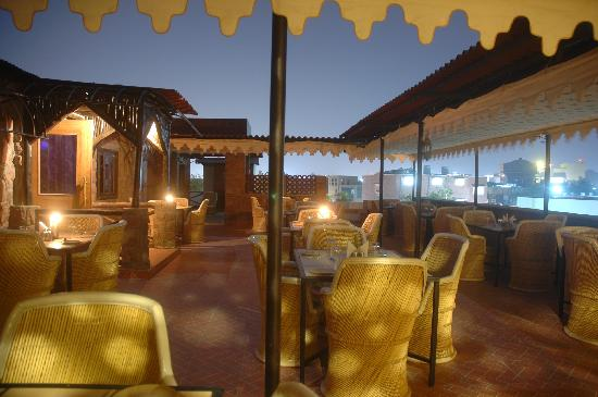 Hotel Megh Niwas: Roof Top Dinning in the sky with fort view