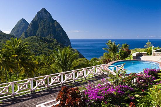 La Haut Resort: Deck from restaurant to pool