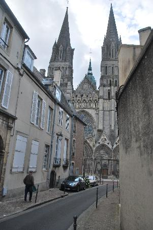 Logis Les Remparts -  Bed and Breakfast: Cathedral just down the street