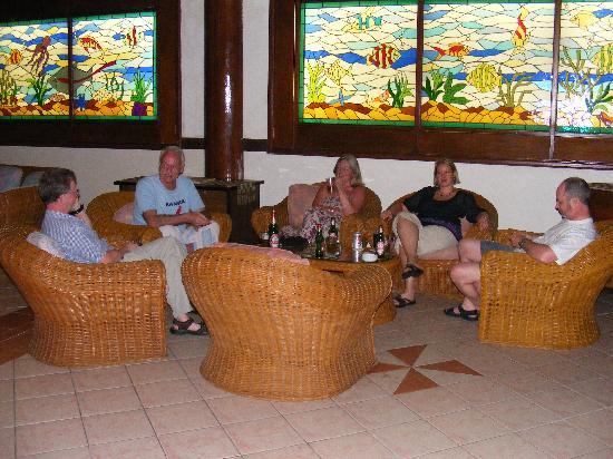 โรงแรมซานติกาพรีเมียซีไซด์รีสอร์ทมานาโด: Part of the lounge / bar area