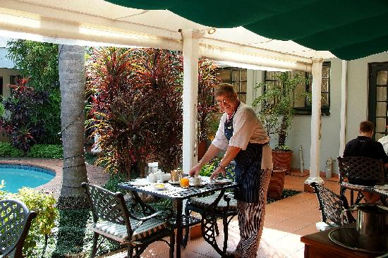 Chelsea Villa Guest House: Neville serving breakfast
