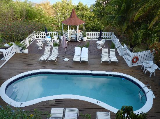 Villa Capri: Swimming pool and Decking