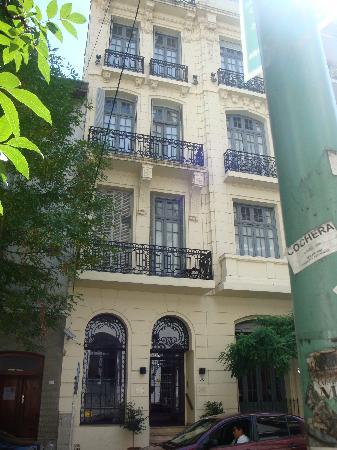 A Hotel  Art Gallery: Hotel depuis la rue