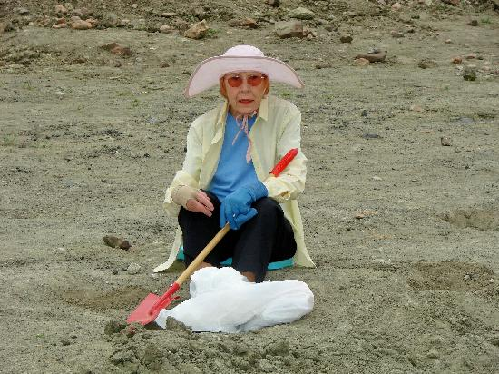 Murfreesboro, Αρκάνσας: Senior digging (80 years old)