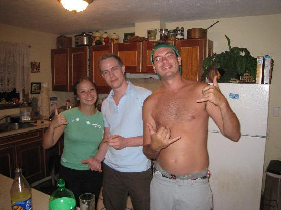 Lahaina Bungalow: Me and the owners chilling in the kitchen