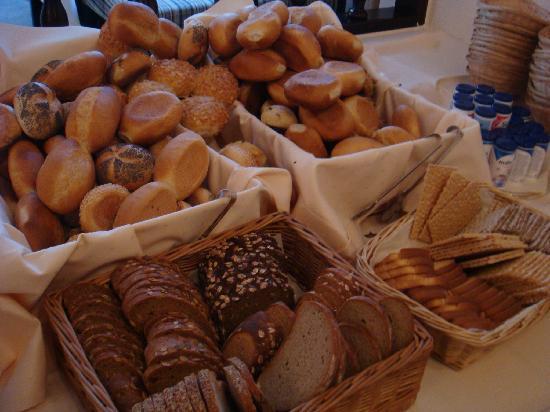 Berlin Plaza Hotel: Bread galore!