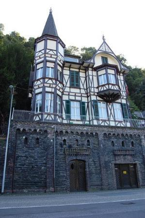 Sankt Goar, Tyskland: My photo, the house was intriguing and I look the stone bottom with the large wooden doors. It's