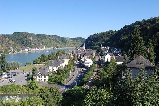 Sankt Goar, เยอรมนี: Yes, we climbed all the way up to the castle at the top of the hill. This is the view of St. Goa