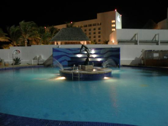 Sunset Royal Beach Resort: Pool fountain and sculpture at night