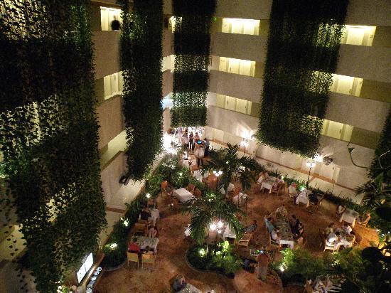 Sunset Royal Beach Resort: Atrium Restaurant