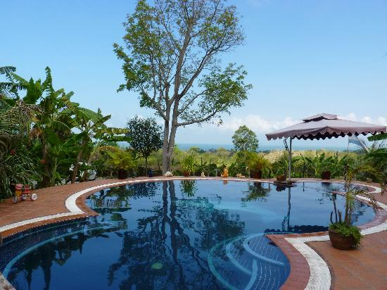 Kep, Cambodia: the gorgeous pool with view of the sea