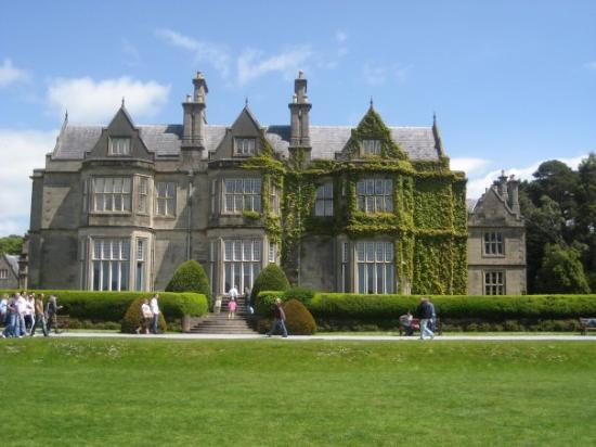 Killarney, Irlanda: Muckross house (c.1843).  The Victorian mansion sits on the shores of Muckross lake.