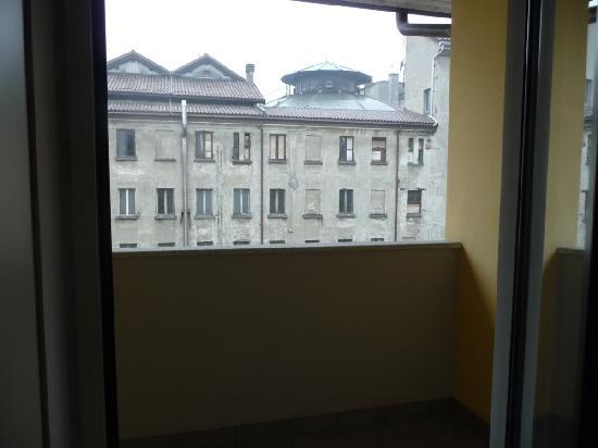 Cavour Hotel: Covered outdoor porch with no furnitures or whatsoever, what a waste!
