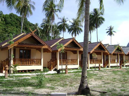 Phi Phi Anita Resort: The row of bungalows