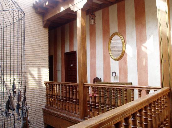 El Hostal Puerta Bisagra: Habitaciones alrededor del patio