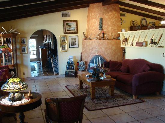 Grace's Secret Garden B&B: Grace's Living Room