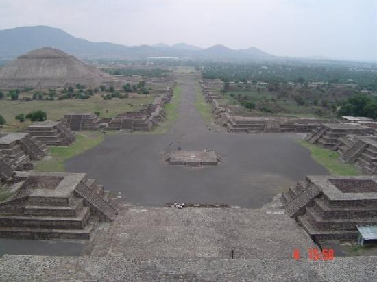 Сан-Хуан-Теотиуакан, Мексика: Calzada de los muertos vanop maanpiramide Téotihuacan site, Edo de México, México 2004