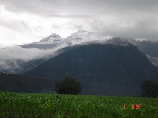 Amecameca, México: Volcanes Popocatepetl en Iztaccihuatl desde Juchitepec Estado de México, México 2004