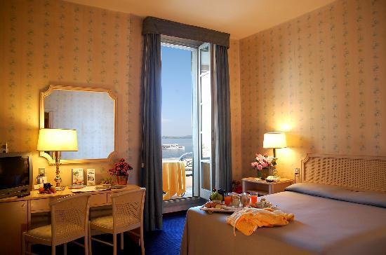 Hotel Villa Carlotta: Una camera con vista sul lago
