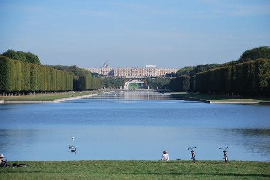 Versailles, Frankrike: The palace from the end of the gardens