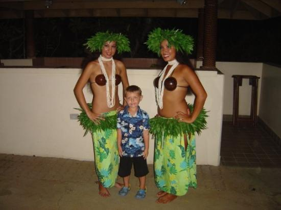 Kohala Suites by Hilton Grand Vacations: My little one Elliot gets the mojo on with the ladies