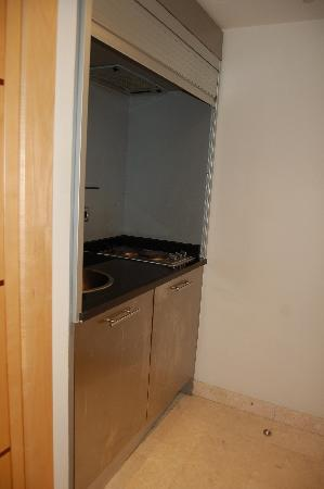Hilton Makkah: Kitchenette/fridge