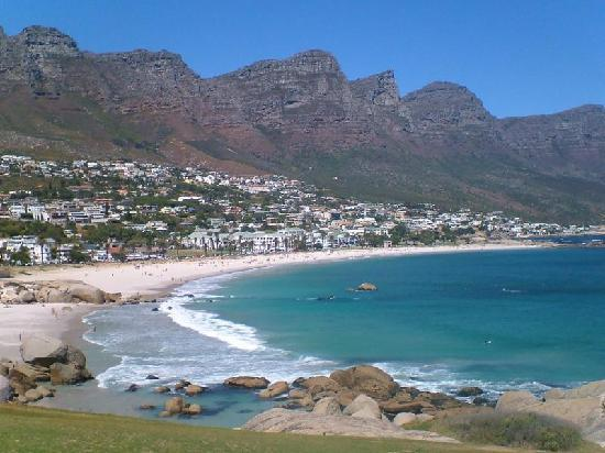 Sydafrika: Camps Bay beach with the '12 Apostles' mountains