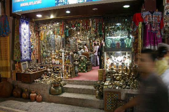Mercado del Antiguo Muttrah: Antiques, khanjar daggers, brass and wooden things galore.  They also have frankincense and myrh