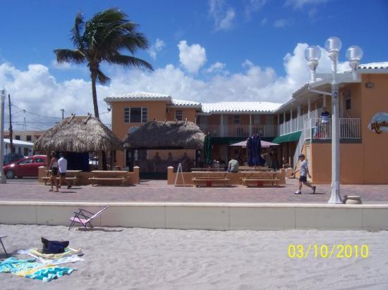 """Ακτή Χόλιγουντ: The """"Tiki Bar"""" - Hollywood Beach, FL"""